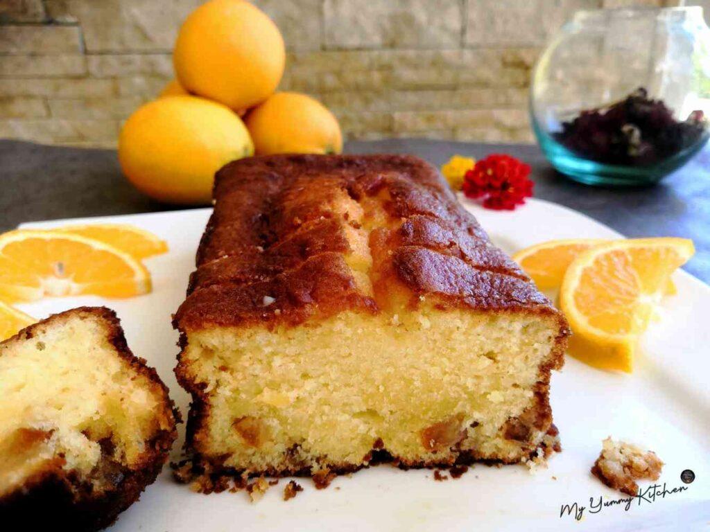 Gâteau à l'orange ultra délicieux coupé en tranche et servi sur une assiette
